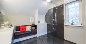 Badezimmer Gestaltung mit Terrazzoboden Bildquelle: https://www.bituterrazzo.com/referenzen/detail/badezimmer-privathaus-vorarlberg/